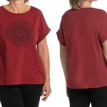 T-shirt in 92% bio-katoen met 8% elastaan tricot, wijnrood, Comazo Earth, beschikbaar in de maten 36; 38; 40; 42 en 44; prijs: 39,95 €