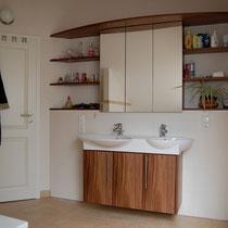 Waschtischunterschrank und Spiegelschrank amerikanischer Nußbaum
