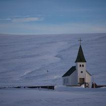 Eine einsame Kirche im Schnee