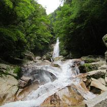 岩肌を流れる白糸の神秘の美しさは一見の価値アリ!
