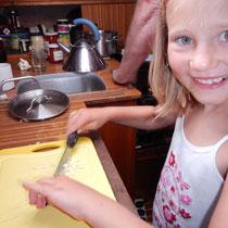 Chiara hackt Knoblauch für die Tomatensauce
