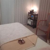 施術ベットと部屋の写真