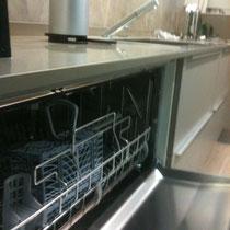 Lave vaiselle en 90cm ce qui permet d'allier ergonomie et grande surface de nettoyage,cuisine design-cuisiniste toulouse