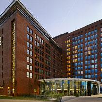 Nieuwbouw van een hotel in Hoofddorp. Werkzaamheden: kostenbewaking en directievoering.