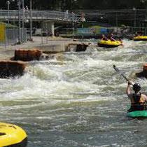 Realisatie wildwaterbaan van olympische afmetingen en evenementengebouw met surfvoorzieningen, winkels en horeca. Werkzaamheden: projectmanagement.