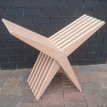De stoel gedraaid als houder voor haardhout