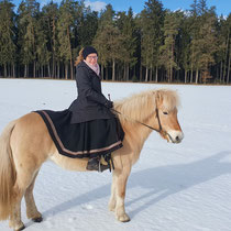 Ein Wintermärchen, Christine F. mit Ihrem neuen Walkloden-Reitrock in sw, Borte rot/gold.