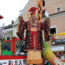 Chinesenfasching in Dietfurt. Der Kaiser grüßt vom Wagen