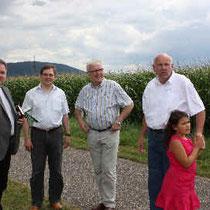 Pfarrer Thomas Dempfle, Bürgermeister Elmar Himmel, 1. Vorsitzender Heimatfreunde Malsch Thomas Schönknecht und Gerhard Bullinger mit Tochter.