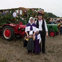 Anja Poppe und Birger Hartung mit ihren Kindern in alter Tracht