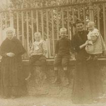 Reine VITEL, Anne Louise JEAN et ses trois fils (de g. à d. : Paul, René et Jean)