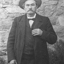 Louis JEAN vers 1910, devant sa maison de Liscorno.