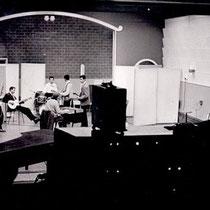 The Fire-Devils vanuit de controlekamer van de Phonogram studio tijdens de opname van Que Sera Sera / Into Each Life Some Rain Must Fall  met zang van Jassy Amo