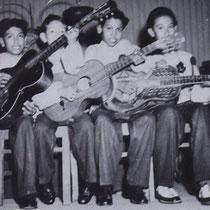 Het 'gecombineerd' gitaar spelen zat er vroeg in !