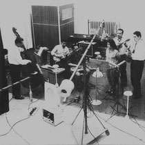 "Deze foto werd opgenomen tijdens een live radio opname, van o.a. het nummer ""tickles in the strings"",   V.l.n.r. Fred Hoogduin, Robby Latuperisa, George de Fretes, Joyce Aubrey, Bill Toma, en Wim v. d. Beek"