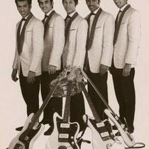 In het voorjaar van 1961 kocht Andy Tielman zijn allereerste (witte) Fender Jazzmaster gitaar en Fender versterker. Andy kende deze gitaar van de LP hoezen van The Ventures. Deze gitaar bleek ook erg geschikt om in de lucht te gooien ....