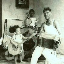 Reggy had de smaak al jong te paaken, met zijn oom (drummer) en zijn opa. foto met dank aan Ilse en Reggy