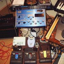Een VOX tonelab (blauw) met erboven een ALESIS Quadraverb GT geprogrammeerd met EFTP patches Van Charlie Hall daaronder twee ZOOM 508's ook boordevol Shadows patches met ernaast een ZOOM 507, een DANELECTRO Dan-echo, en rechts een stukje YAMAHA drumpad's