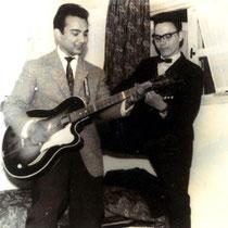 THE MARLINS Eric Binkhuysen met vriend in de 50-er jaren aan het musiceren in de huiskamer in Bergen op Zoom