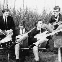 THE DANGERS - Rotterdam  Bezetting:  Jan d'Hous - Drums.  Kees de Jong - Sologitaar.  Gerry Ochse - Slaggitaar.  Ton Geene - Basgitaar.