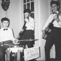THE BLACK BIRDS - Voorburg  Ton v.d. Kleij - gitaar Nico Aarts - gitaar Han de Boer - drums  The Black Birds werd na een sterk wisselende bezetting in juli 1961 geboren. In eerste instantie (bij oprichting) was het een schoolbandje van de Sint Jozefschool
