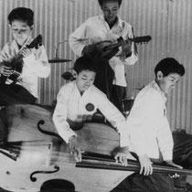 Met hun eerste optreden tijdens een huisfuifje wisten ze vaders vrienden, te verrassen met moeilijke nummers als Tiger Rag en 12th. Street Rag.
