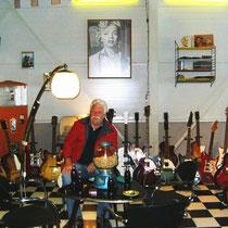 Ik mocht van de eigenaar even plaatsnemen tussen zijn collectie Egmond gitaren !