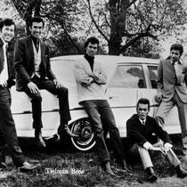 Een pose bij een van hun automobielen.