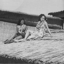 Ilse met collega Betsy op het dak van de Hawaiian Village(met dank aan Ilse Uchtmann en Reggy