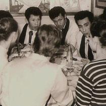 De broers in de lunchpauze gezellg met de danseressen in de film (met dank aan Ilse Uchtmann en Reggy Tielman)