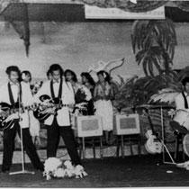 Ze mochten een pauze van 20 minuten opvullen. Ze presenteerden daar een wervelende rock-'n-roll show, zoals nog nooit eerder in Europa vertoond was. Bespeelden gitaren achter in de nek, gooiden gitaren in de lucht en naar elkaar