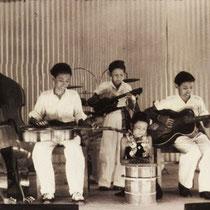 Er volgden optredens op diverse particuliere feesten in Soerabaya.   Het ging hard en binnen een half jaar gingen ze als THE TIMOR RHYTHM BROTHERS   Timor is het eiland waar de familie Tielman van afkomstig is