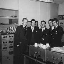 "The Explosions in de Decca studio voor de opname van hun nummer ""Long Long Ago"" in 1962"