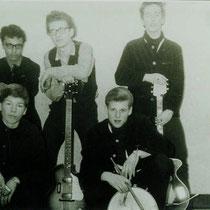 THE SNAKES - Hoorn  Bandleden  Gerry Voortman - Vocals Ernst Latuasan - Sologitaar Bam Reurslag - Slaggitaar Hans Kool - Drums Kees van Zelst - Drums Fred Dudink - Vocals Rob Dubbe - Bas