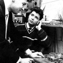 Alan Baily en Cliff Richard luisteren naar een zojuist opgenomen, muziektrack in Studio A van RadioLuxemburg in 1962.