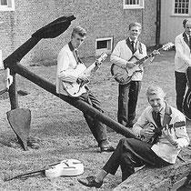 SEAHAWKS - Enkhuizen  Bandleden  Rinus v.d.Peppel - Wasbord Gerrit Kort - Gitaar Wessel de Jong - Gitaar Henk Tilder - Bas Joop Paartman ( Johnny Cannon ) - Vocals