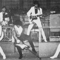 De spectaculaire act van de Tielman Brothers, bevatte veel elementen die Jimi Hendrix en The Who later ook gebruikten, zoals experimenten met feedback van het publiek en het wild zwaaien met de gitaren.