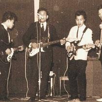 THE BLACK PEARLS Edwin Horst: basgitaar en zang  Ronny Harmanus: drums en zang  Harry Harmanus: gitaar en zang  Eddy Bisch: gitaar en zang  Frans Harmanus: gitaar en zang  - Dongen