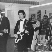 THE STRANGERS  Volgens Duitse bronnen zou Alphons Faverey de allereerste gitarist in Duitsland zijn geweest, die op een Fender Jazzmaster speelde. Echte harde bewijzen daarvoor zijn er tot op heden niet te vinden.