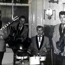 THE ASTRONAUTS - Amsterdam  vlnr: Gerard Korporaal - Herman Sterk - Henk Sijbrands - Willy Yang Bezetting 1962: (2 Omega singles) Herman Sterk (sologitaar) Gerard Korporaal (gitaar) Willy Yang (basgitaar) naar The Ebony's Henk Sijbrands (drums)