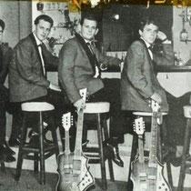 Op de foto zijn de speciale (rode) zgn. double neck-gitaren te zien   John Lamers en Cees And His Skyliners ontvingen deze bijzondere exemplaren van de Bestse gitarenfabriek Egmond, uitgereikt in de toenmalige muziekzaak Musica in de Hooghuisstraat