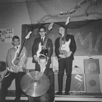 THE LIMITS - Voorburg  Frank de Bruijn - sologitaar/zang Bert Touw - slaggitaar/zang Ab Mul - basgitaar Allert de Lange - drums/zang   The Limits werden in 1962 opgericht door: Allert de Lange, Bert Touw en Frank de Bruijn, die in dezelfde straat woonden