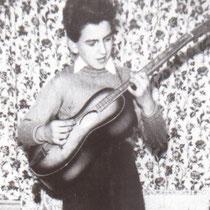 De 1e gitaar van George Harrison: een Egmond-Rosetti 276 (1956)  Harrison kocht de Egmond destijds, toen hij dertien jaar was, van een vriendje. Voor drie Britse ponden en 10 shilling.