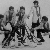 ....(veel lichter dan hun Gibsons) en andere acrobatische toeren mee uit te halen. Dat gaf de doorslag en bij Radio Barth in Stuttgard werd uiteindelijk een complete Fender uitrusting voor de band aangeschaft.