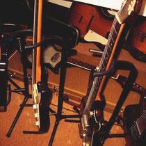 Op de gitaarkoffer een restauratie object.