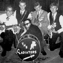 THE GLADIATORS - Rotterdam  v.l.n.r.:  Rob van Dam - Gitaar + Zang.  Alfred Krul - Gitaar.  Gerard Scheffer - Gitaar.  Rob Viskil - Basgitaar.  voor:  Sjaak Schoonewill - Drums.