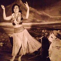 Ilse dansend naast het drumstel van Loulou