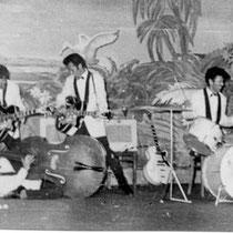 Hun liveshow was waanzinnig. De jongens konden alles met hun gitaren: ze bespeelden hem in hun nek – zoals Jimi Hendrix later ook zou doen – en deden overgooi spelletjes met hun besnaarde planken. Dit alles vergezeld met voor die tijd pikant heupgewieg