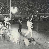 Ze traden op in overvolle stadions, wat (in tegenstelling tot nu) in die tijd ongebruikelijk was . Waarschijnlijk waren ze de eerste live band ter wereld die een concert gaf in een (sport)stadion !