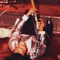 Andy bespeeld de gitaar moeiteloos met zijn tanden, met zijn voeten, kruipend over de grond